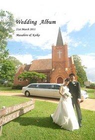 オーストラリアの教会での厳粛な挙式。鮮やかな緑の中でのロケーションフォトも印象的です。