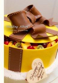 【挙式・披露宴】 表紙にもなっている黄色のケーキが印象的です。ハワイアンな余興も華やかです。