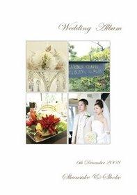 お二人のセンスが光る結婚式です。光の差し込むチャペル、長いウェディングドレスの裾が印象的です。