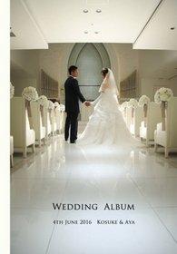 結婚式アルバム受け取りました!一冊一冊も丁寧に梱包していただいてるので、このまま両家の親にプレゼントさせていただきますが、あとで自分たちも中を見せてもらうのが楽しみです!色んな結婚式アルバム制作会社を調べてピックアップしていた中で、完成までスタッフの方と丁寧なやり取りができるところや、ホームページでも色んな利用者の声が見れたこと、また割引サービスなどの併用ができ料金にも納得できたことが結婚式アルバムカフェを選んだ大きな理由です。結婚式アルバム。
