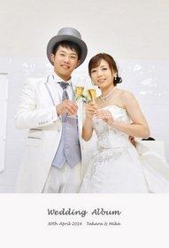 新郎新婦の後ろで鮮やかな気品高いステンドグラスが輝き、とても綺麗です。結婚式アルバム。