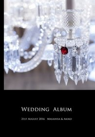 床すれすれまで届きそうな大きなシャンデリアが特徴的なチャペルは、シックな中にもキラキラとした輝きがあり、思い出としていつまでも記憶に残りそうです。結婚式アルバム。