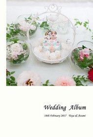 可愛らしいリングピローの表紙、ページをめくるとお支度のシーンから始まります。結婚式アルバム。