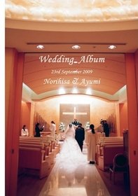 新郎新婦も参加の歌で大盛り上がり。新婚旅行の写真も含めたアルバムです。