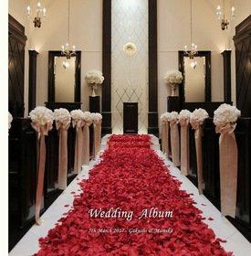 【和装前撮り・挙式・披露宴】 バージンロードにぎっしり敷き詰められた真紅の花びら。この上を歩く贅沢は幸せですね。